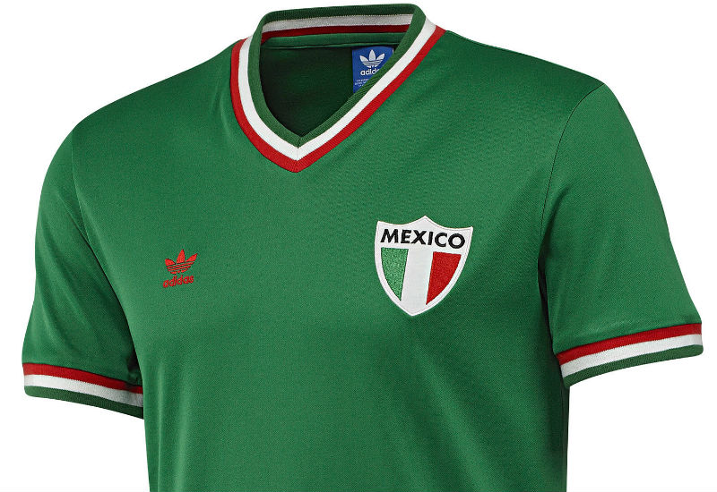 This men's retro football jersey will let everyone know you're rooting for el Tricolor.
